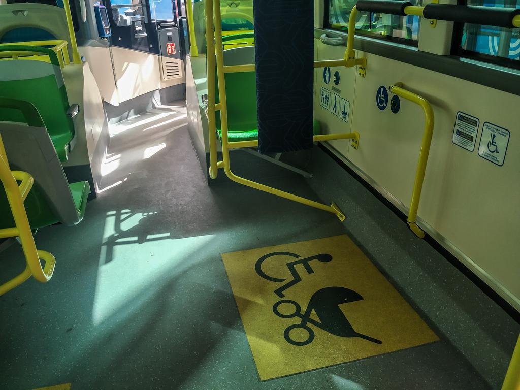 001バスの車椅子・ベビーカーのためのスペース